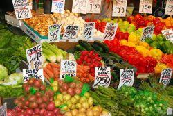 13955556-Pike-Place-Market-con-puestos-de-flores-verduras-frescas-y-carnes-entrelazadas-con-restaurantes-y-ti-Foto-de-archivo
